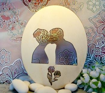 ovale con innamorati e fiore