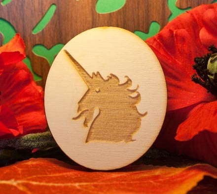 testa di unicorno su ovale in legno