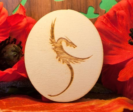 drago in volo su ovale in legno
