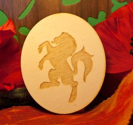 cavallo rampante su ovale in legno