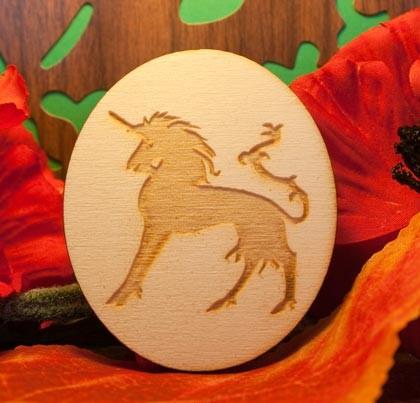 Liocorno inciso su ovale in legno