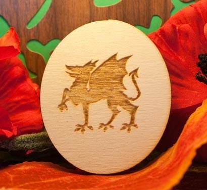 dragone su ovale in legno